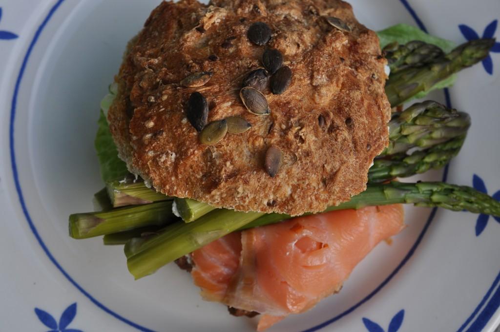 Sandwich med laks og asparges