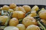 Nye kartofler i ovn med asparges, smør & salt