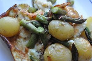 Omelet med stegte nye kartofler og asparges