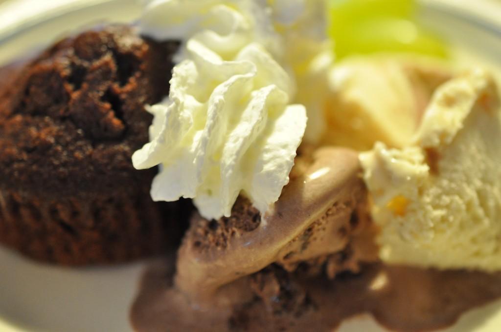 svampede chokolademuffins muffins og is muffins med kakao muffins med chokolade og mandler muffins a la Leila Lindholm kakaomuffins med mandler is og chokolademuffins fedtfattige muffins dessertmuffins chokolademuffin brownie muffin  Syndige søde svampede svensk inspirerede brownie muffins