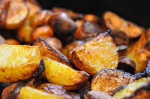 stegte kartofler med pølser og paprika sprød kartoffelret med pølser retter med få ingredienser pølser ovnstegte kartofler med pølser og paprika kartofler kartoffelfad med pølser hjemmelavede pommes frites kartofler med pølsestykker billige retter billige aftenretter  Sprød ovnstegt kartoffelpølselivret med paprika og olie