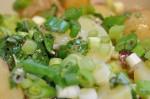 Frisk grøn kartoffelsalat med krydderurter, rødløg og olie/eddikedressing