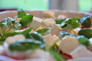 Tomatsalat med feta ost & basilikum - opskrift