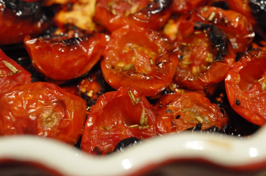 Tomaterne skrumper ind til det halve og får en helt særlig kraftfuld smag. En helt særlig sødme ...