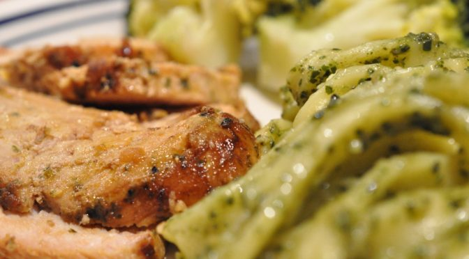 Frisk fettucine med basilikumpesto og marineret svinefilet
