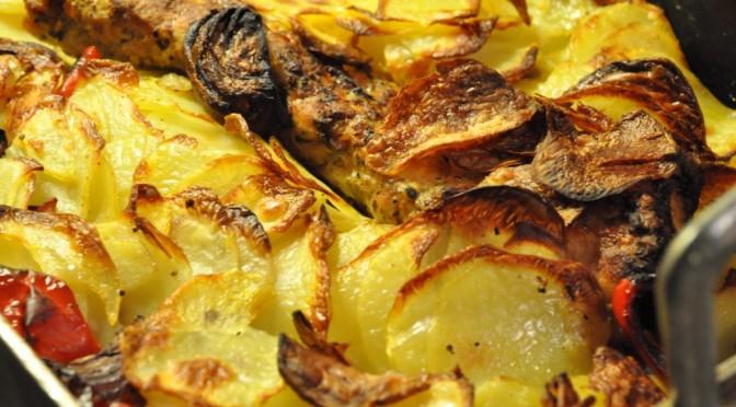 Råstegt kartoffelfad med marineret svinefilet på toppen