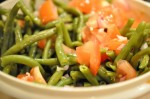 Bønnesalat med tomater og rødløg