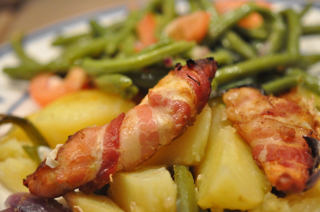 Kartoffelfad og kyllingefilet i baconsvøb