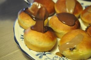 Fastelavnsboller med kakaomarcipan og nougat