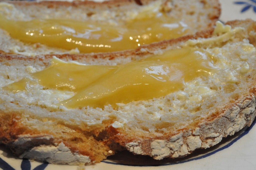 Nybagt brød med Honning. Uhm.