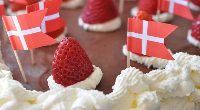Fødselsdagslagkage med creme, jordbær og flødeskum