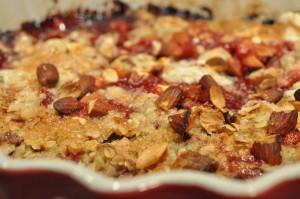 Jordbærcrumble - nem kage med frosne bær