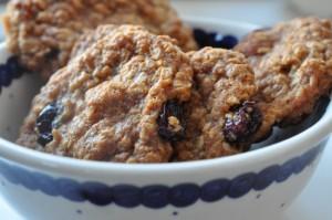 Karamelcookies med havregryn, mandler og tranebær
