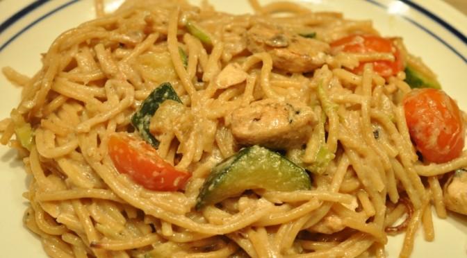 Gratineret pasta med kylling, squash, forårsløg og tomat