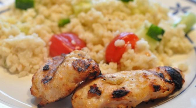 Grillet kyllingefilet og bulgursalat med hvidløg