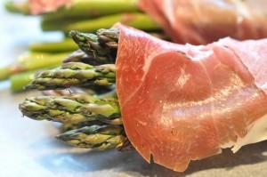 Grønne asparges med parmaskinke opskrift