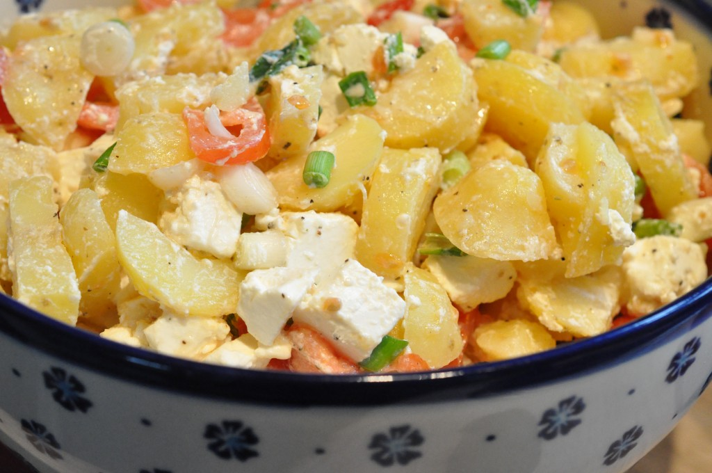 Kartoffelsalat med fetaost, tomat og forårsløg