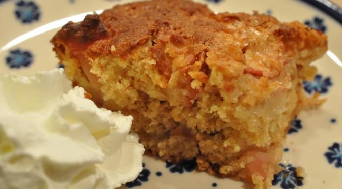 Vaniljeprikket æblekage med havre, æblesaft og knas