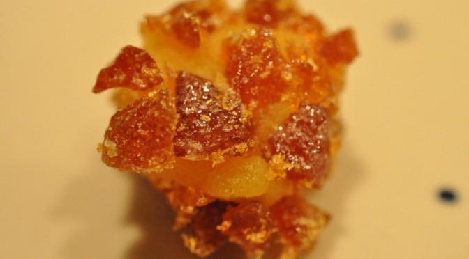 Julekugler af appelsinmarcipan trillet i krokant