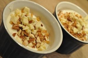 Ymerfromage med hvid chokolade & mandler