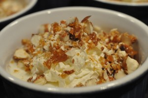 Koldskålsfromage med mandelkrokant opskrift