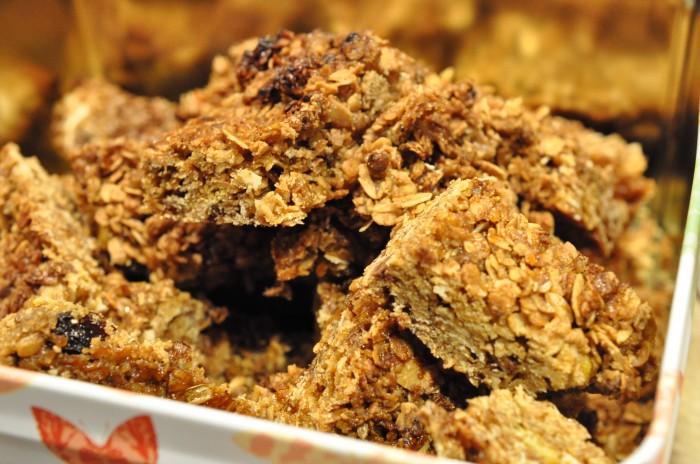 Lækre sprøde flapjacks / müslibars med smør og farin - havregrynsbidder   NOGET I OVNEN HOS ...