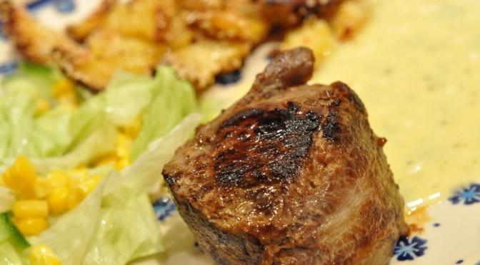 Tykstegsmedaljoner i baconsvøb, bearnaisesauce og sesamkartofler