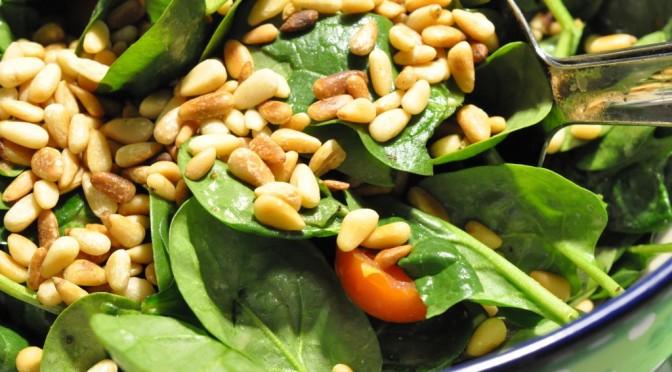 Lækker spinatsalat med sennepsdressing og pinjekerner