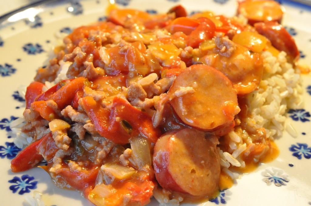 Bagenørdens pølsegryde med svinefars, bacon, fløde og løg | NOGET I OVNEN HOS BAGENØRDEN