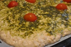 Nemt og lækkert madbrød i bradepande - prøv et lækkert foccacia brød med pesto og tomat. Dejen skal ikke æltes. Det er SÅ nemt at lave. Få opskriften her