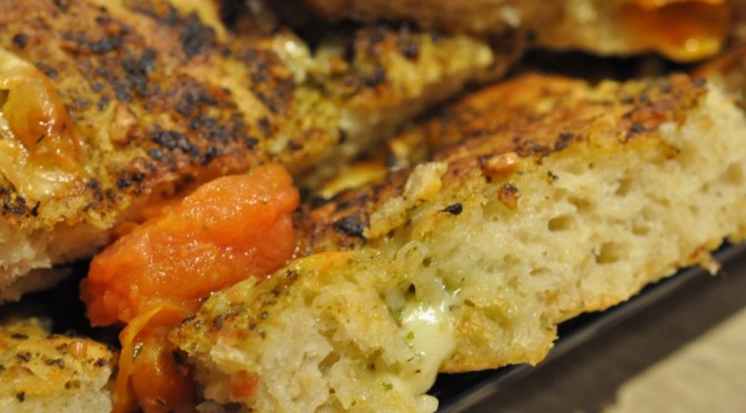 Lækkert pestobrød med havregryn, ost og tomat