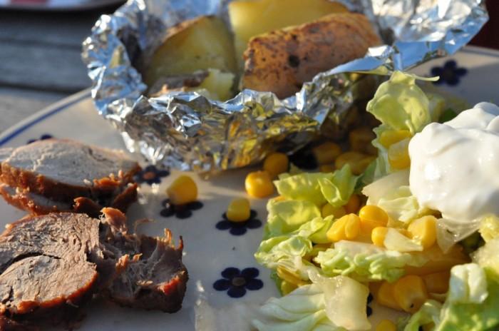 DSC_5235 Ovnstegt mørbrad, bagte kartofler med hvidløgssmør og salat.