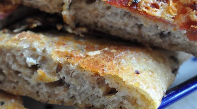 Hurtigt sprødt hvidløgsbrød med skinke og ost