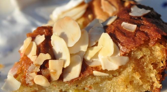 Sprød saftig rabarberkage med skyr, mandler og marcipan