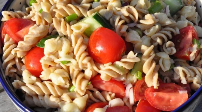 Frisk grøn pastasalat  med tomater- lækkert grilltilbehør