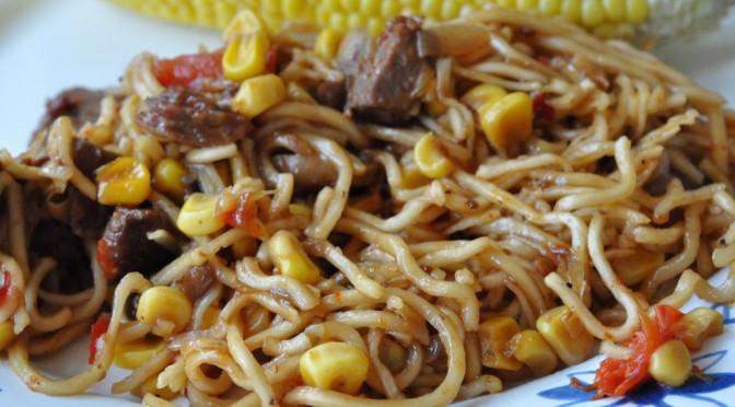 Stegte nudler i soya- chilisauce med oksekød – Stop madspild