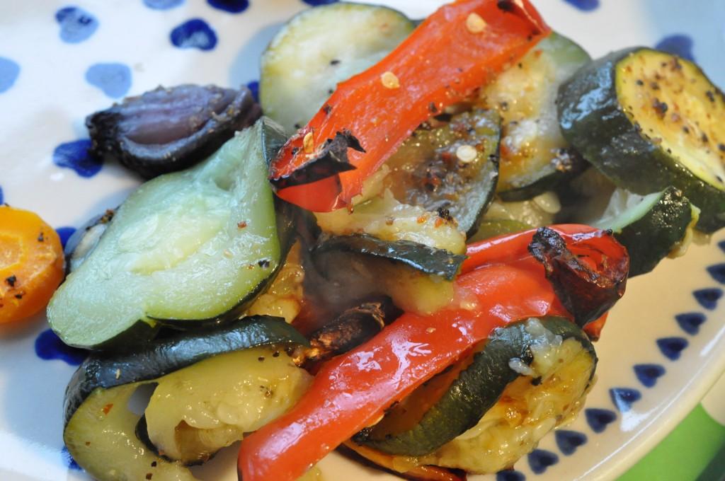 Ovngrillet grønt: squash, rødløg, gulerødder og peberfrugt
