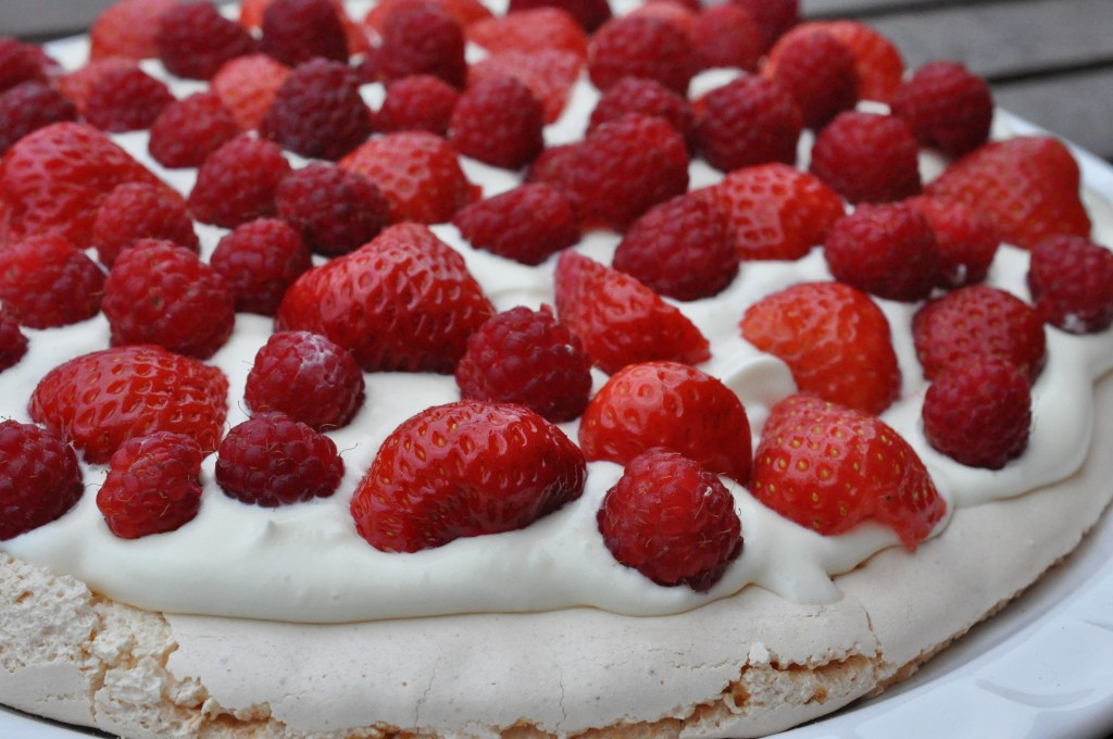 Sommer pavlova med marcipanmarengs og hindbær og jordbær