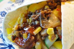 Tortilla med oksekød, grønt og chilisauce