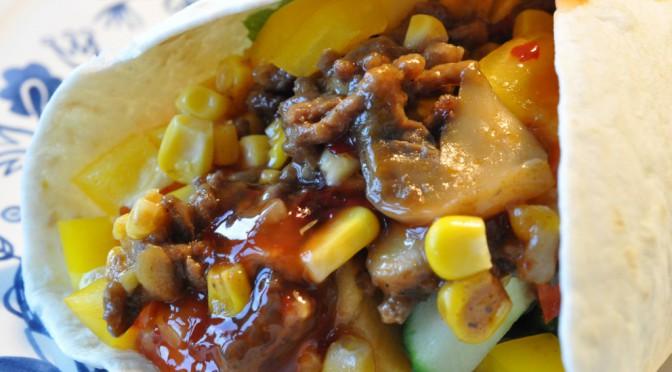 Tortillas med oksekød, nektariner, grønt og chilisauce
