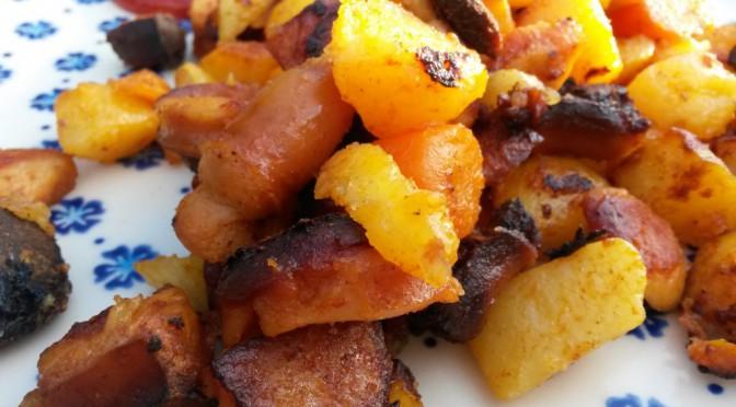 Sprødt kartoffelfad med pølser, paprika og gulerod