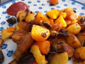 Sprødt kartoffelfad med pølser, paprika og gulerødder