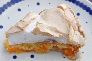 Lækker sommerlig abrikostærte med marcipan og marengs