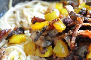 Pasta Carbonara med bacon, fløde, æg og peberfrugt