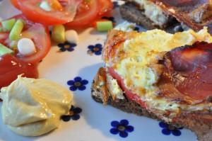 Ovnbagt æggekage med rødløg, peberfrugt, mozzarella & skinke