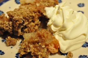 æblecrumble med farin, kanel og kardemomme