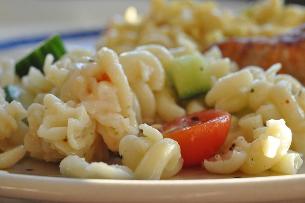 Marineret kylling og pastasalat med karry og gurkemeje