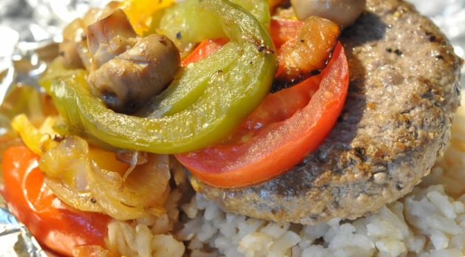 Saftig bøf i folie med ris, tomat, løg, peberfrugt og champignon