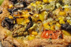 Oksekødspizza med løg, hvidløg, jalapenos, peberfrugt, flødeost og pesto