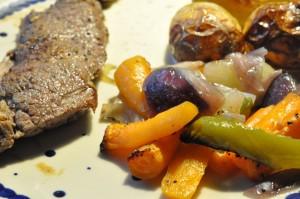 Steaks af oksefilet, ovnbagte grøntsager og stegte kartofler